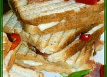 Toast s pršutem, sýrem a kapií