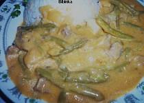 Restovaný bůček s fazolkami, paprikami a zakysanou smetanou