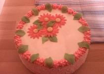 Rozkvetlý jahodový dort