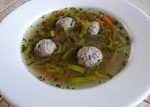 Masová polévka s pórkem a játrovými knedlíčky