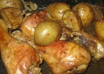 Kuřecí špalíčky pečené na bramborách