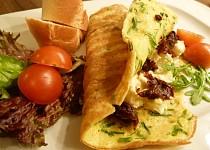Nadýchaná omeleta s česnekovo-sýrovou náplní a sušenými rajčaty