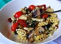 Těstoviny s hříbky, špenátem a rajčaty