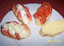 Chlebíčky s rajčaty a cibulí