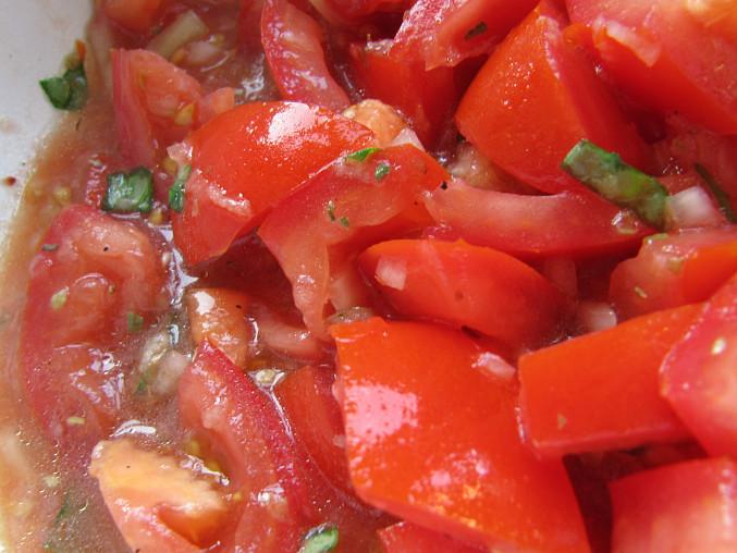 Rajčatový salát s bazalkou a česnekem
