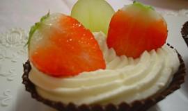Čokoládové košíčky s jemným tvarohem a ovocem