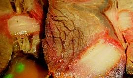 Hovězí plec pečená na zelenině