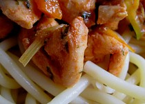 Kuřecí pikantní špalíky s makaróny