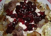 Salát s hovězím masem a chipsy z červené řepy