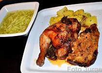 Kuře na houbách s játrovou nádivkou a okurkovým salátem