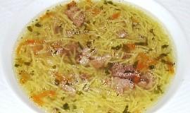 Polévka z vepřových kostí nebo odřezků s domácími nudlemi
