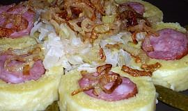 Klobásy v bramborovém těstě se zelím a cibulkou