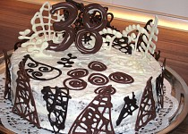 Kakaový dort s čokoládovými ozdobami
