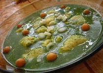Špenátová polévka s mrkví a sýrovými noky