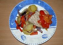 Steak z tuňáka s rajčaty a paprikovými bramborami