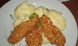 Smažené kuřecí řízečky v cornflakes s bramborovou kaší a kukuřicí
