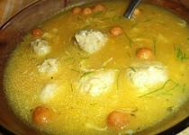Zeleninová polévka z vepřové kosti s masovými kuličkami