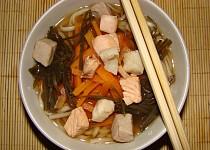 Mioshiru /tradiční japonská polévka/ s třemi druhy ryb.