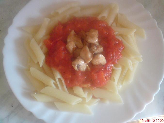 Penne s rajčatovou omáčkou a kuřecím masem