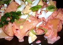 Růžové těstoviny se sekaným vejcem