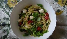 Výborný těstovinový salát s rajčaty a mozzarelou