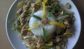 Zelenina na pánvi s marinovaným quornem