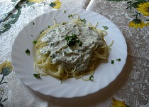 Špagety se zakysanou smetanou a tuňákem