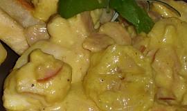 Kuřecí kousky na kari s česnekem, šunkou a banánem