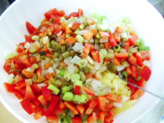 brambory a zeleninu promícháme...