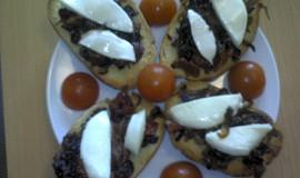 Bruschetta s karamelovou cibulí a sušenými rajčaty
