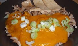 Dýňová omáčka s marinovaným tofu,špaldové vrtulky