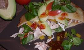 Palačinkové placky s kuřecím masem a avokádem
