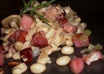 Hořčicové fazole s uzeným a vůní rozmarýnu