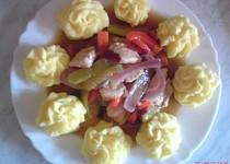 Kuřecí medailonky se zeleninou a bramborové hromádky