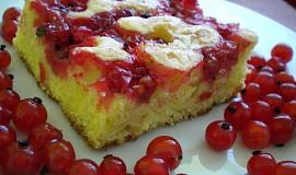 Třený koláč s ovocem