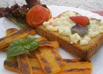 Mrkvové řízečky, toast s dipem a pečené rajčátko