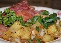 Šunkové kolínko na cibulovo-bramborové směsi