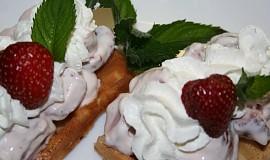 Vafle s jahodami a zakysanou smetanou
