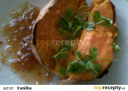 Pečené sladké brambory s koriandrem a domácím cibulovým čatný