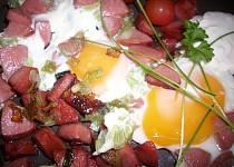 Vajíčka se salámem a cibulkou