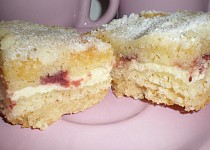 Sypaný koláč s tvarohem a jahodami