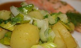Teplý a šťavnatý bramborový salát