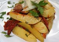 Pečené brambory s česnekem a sušenými rajčaty