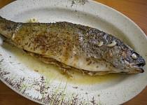 Grilovaný pstruh na másle a česneku