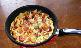 Rychlá večeře z vajec, salámu a knedlíků