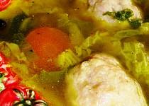 Kapustová polévka s knedlíčky z mletého vepřového masa