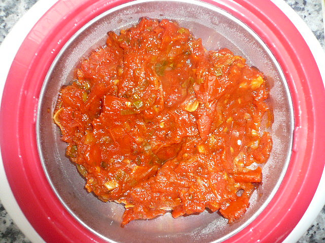 Těstoviny se dvěma omáčkami, hotová rajčatová omáčka