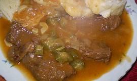 Hovězí kořeněná omáčka s okurkami