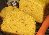 Javorovo-mrkvový chlebík s ořechy