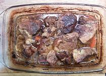 Pečené maso na černém pivu a zelenině